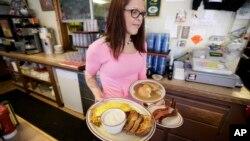 Pramusaji Laura Haege membawa pesanan sarapan di Waveland Cafe di Des Moines, Iowa. (Foto: Dok)