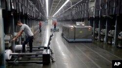 امریکہ کی ایک ٹیکسٹائل فیکٹری میں کارکن کام کر رہے ہیں۔ فائل فوٹو