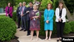 Juru bicara Gedung Putih, Jen Psaki; Direktur Komunikasi Katherine Bedingfield, dan sejumlah anggota staf lainnya di Rose Garden, Gedung Putih, Washington, 13 Mei 2021. (Foto: REUTERS/Kevin Lamarque)