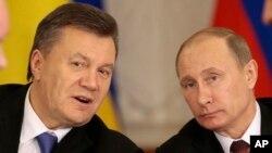 Tổng thống Nga Vladimir Putin và Tổng thống Ukraina Viktor Yanukovych sau khi ký kết thỏa thuận tại Moscow, ngày 17/12/2013.