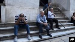 29일 그리스 항구도시 태살로니키의 폐쇄된 은행 앞에서 노인들이 연금을 타기 위해 기다리고 있다.