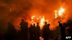 Pakistanski vatrogasci nastoje da ugase požar na mestu avionske nesreće u Pakistanu, 28. novembar, 2010.