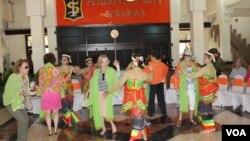 Sejumlah turis penumpang kapal pesiar Seabourn Odyssey ikut menari Langgeng Surabaya bersama para penari. (VOA/Petrus Riski)