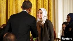 Le président Barack Obama salue Samantha Elauf lors du repas d'iftar en hommage aux musulmans à la Maison Blanche, le 22 juin 2015.