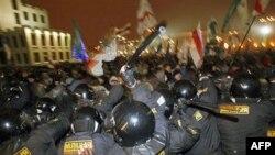 Cảnh sát chống bạo động đụng độ với người biểu tình tại thủ đô Minsk, Belarus, 19/12/2010