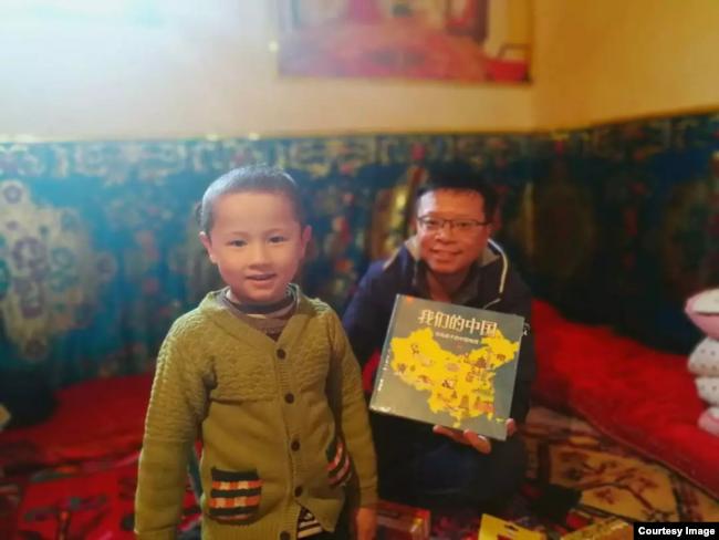 """漢人""""大哥哥""""給維吾爾兒童送來圖書《我們的中國》(白道仁提供)"""