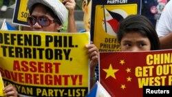 Puluhan aktivis Filipina melakukan unjuk rasa di luar Kedutaan China di Manila Kamis (12/6).