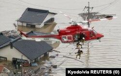 2018年7月7日共同社拍摄的照片显示,在日本南部的仓敷,当局用直升机救人。