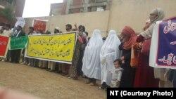 چین میں قید پاکستانی قیدیوں کے تبادلے کے لیے پشاور میں مظاہرہ
