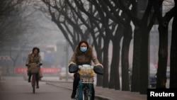 北京雾霾笼罩,行人上街带着口罩。(资料照片)