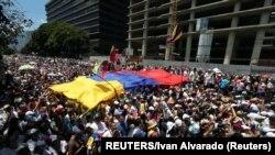 """""""Nema vode, nema struje – ostalo je još da ode Maduro"""", jedna je od pesama učesnika protesta."""