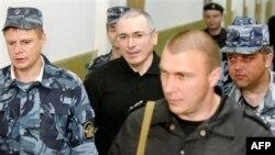 Михайло Ходорковський в оточенні вартових