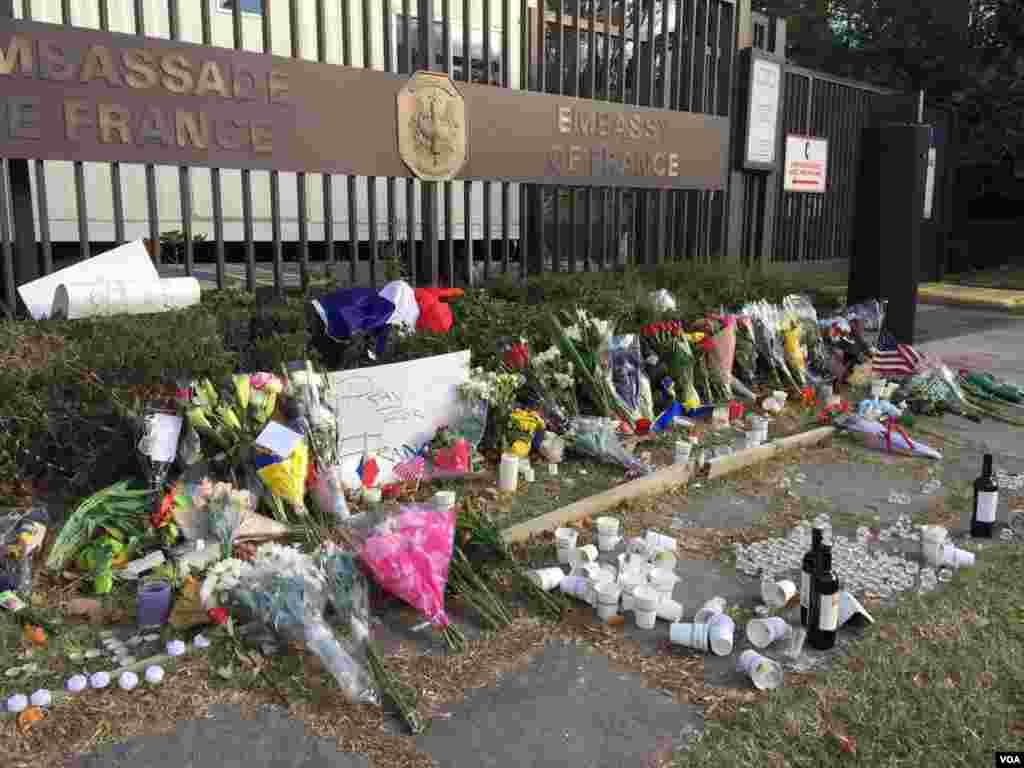واشنگٹن میں فرانس ایمبسی کے باہر لوگوں نے ہلاک ہونے والوں کی یاد میں پھول کے گلدستے رکھے۔