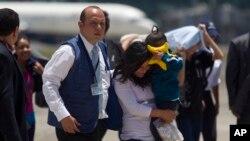 Los migrantes fueron recibidos por autoridades del gobierno de Guatemala.