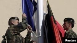 افغان صوبے کاپیسا کے فوجی مرکز سے فرانس کا پرچم اتار کر افغانستان کا جھنڈا لہرایا جارہاہے