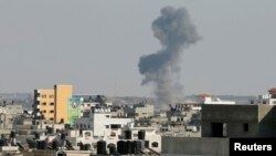 Khói bốc lên sau một cuộc không kích của Israel vào thành phố Gaza, ngày 19/8/2014.