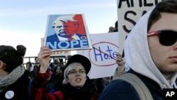မတ္လ ၁၁ရက္ေန႕က University of Illinois-Chicago တကၠသိုလ္တြင္ က်င္းပမည့္ ဒၚနယ္ထရမ့္၏ မဲဆြယ္စညး္ရံုးပြဲမတိုင္ခင္ ၄င္းကို ဆန္႕က်င္ကန္႕ကြက္သူမ်ားက ရွီကာဂိုၿမိဳ႕တြင္ ဆႏၵျပေနၾကစဥ္။ ဓါတ္ပံု (AP Photo/Matt Marton)