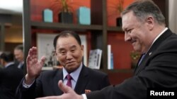 از راست: مایک پمپئو وزیر خارجه، «کیم یونگ چول» نماینده کره شمالی، جمعه ۲۸ دی ماه در واشنگتن
