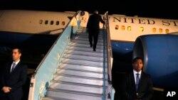 ریکس ٹلرسن نائجیریا کا دورہ مکمل کرنے کے بعد ابوجا کے ہوائی اڈے سے روانہ ہورہے ہیں۔ اس دورے سے واشنگٹن واپس پہنچنے کے کچھ ہی دیر بعد صدر ٹرمپ نے ٹلرسن کو ان کے عہدے سے ہٹادیا تھا۔