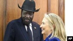 ທ່ານນາງ Clinton ພົບປະກັບທ່ານ Salva Kiir ປະທານາທິບໍດີປະເທດຊູດານ ໃຕ້ ໃນວັນສຸກ ວັນທີ 3 ສິງຫາ, 2012, ທີ່ຫ້ອງການຂອງປະທານາທິບໍດີ ຢູ່ທີ່ນະຄອນຫລວງJuba