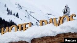 Un policía suizo vigila el área del Hotel del Congreso de Davos, Suiza, antes del Foro Económico Mundial. Enero 21 de 2019.