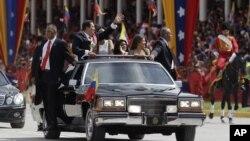 El presidente Hugo Chávez saludo a sus seguidores durante el desfile del día de la Independencia en Caracas.