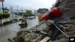 2013年9月15日旅游胜地阿卡普尔科的暴风雨导致发生泥石流。