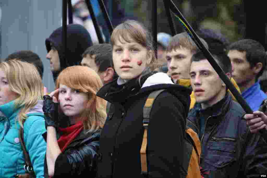 На митинге националистов было много украинской атрибутики, партийной символики ультраправых партий и молодежи
