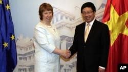 Pejabat Uni Eropa Catherine Ashton bersama Menlu Vietnam Pham Binh Minh sebelum pembicaraan di Hanoi, Selasa (12/8).