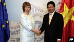 European Union's top diplomat Catherine Ashton (l) with Vietnamese Foreign Minister Pham Binh Minh before their talks in Hanoi, Aug. 12, 2014.