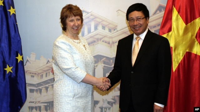 European Union's top diplomat Catherine Ashton (l) with Vietnamese Foreign Minister Pham Binh Minh before their talks in Hanoi, Aug. 12, 2014.