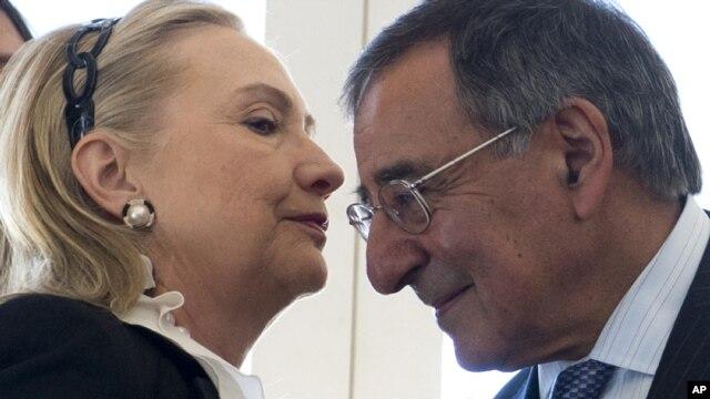 Ngoại trưởng Mỹ Hillary Rodham Clinton nói chuyện với Bộ trưởng Quốc phòng Leon Panetta tại Australia, ngày 14/11/2012.