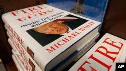 在维吉尼亚州里士满一家书店待售的新书《火与怒:川普白宫内幕》。