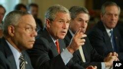 ولفویتز (نفر دوم راست) در کنار رئیس جمهوری سابق آمریکا.