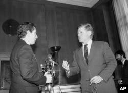 历史照片:泰德·肯尼迪参议员在国会山举行有关台湾戒严法、政治权利与人类自由的记者会之前与史蒂芬·索拉兹众议员交谈。(1982年5月20日)