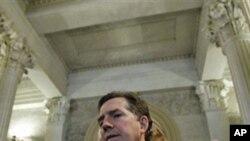 共和党参议员德敏特周三在参院投票前与记者交谈