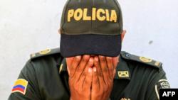 Un oficial de policía se muestra consternado durante una vigilia en honor a los policías asesinados en un ataque en Barranquilla, Colombia, el 28 de enero de 2018© AFP