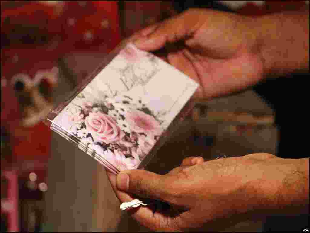 کراچی کی چھوٹی بڑی مارکیٹوں میں عید کارڈ کے اسٹال لگائےگئے ہیں، جہاں ہرسال عید کارڈ فروخت کئےجاتے ہیں