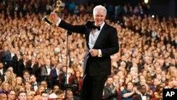 John Lithgow accepte un prix lors de la 69ème édition des Emmy Awards, le 17 septembre 2017, au Microsoft Theatre à Los Angeles.