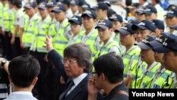 6.25 정전협정기념일인 27일 경기도 파주시 임진각 인근에서 최우원 대북전단보내기국민연합 대표가 경찰에 둘러싸여 있다.