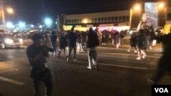 Des protestataires à Ferguson, dans le Missourr, le 10 août 2015 (Kane Farabaugh/VOA News)