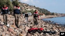 La police turque découvre le cadavre d'un migrant sur la plage près de Ayvacık, Turquie, le 30 janvier 2016.