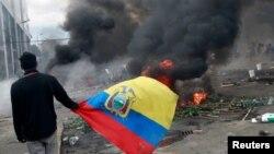 Un manifestante lleva la bandera ecuatoriana durante una protesta contra el presidente de Ecuador Lenín Moreno.