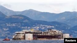 지난해 9월부터 시작된 인양 작업으로 2년 만에 물에 떠오른 좌초 유람선 콩코르디아호가 27일 오전 이탈리아 제노바항에 입항했다.