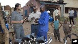 弗雷德里克·戴向赞比亚和其他撒哈拉以南的非洲国家捐赠了7万辆自行车 .