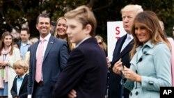 도널드 트럼프 미국 대통령이 아들, 손주 등 가족들과 함께 2일 부활절을 맞아 열린 연례 백악관 달걀 굴리기 행사에 참석했다.