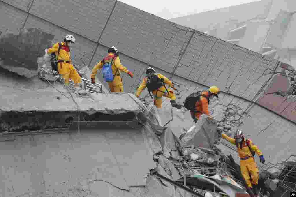خیال ہے کہ ہفتے کو آنے والے زلزلے سے منہدم ہونے والے اس عمارت کے ملبے میں اب بھی لگ بھگ 120 افراد دبے ہیں۔