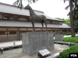 靖国神社内为二战期间日本皇军阵亡战马树立的慰灵像。(美国之音王南拍摄)