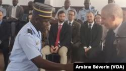 L'ambassadeur des Etats Unis à Brazzaville, Todd Haskel, félicite un gendarme à la fin de la formation, à Brazzaville, le 6 septembre 2019. (VOA/Arsène Séverin)