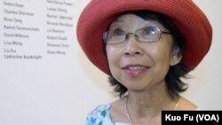 主办艺术展的视觉艺术家协会会长刘雅雅 (美国之音国符拍摄)